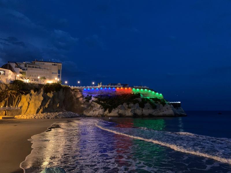 Benidorm il·luminarà esta nit el Castell, de blau, roig i verd, commemorant el Dia del Poble Gitano...