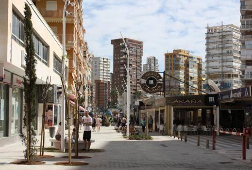 Benidorm culmina las obras de peatonalización y renovación de la calle del Doctor Pérez Llorca