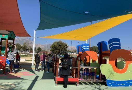 Benidorm habilita dos zonas de sombra en las áreas infantiles del Parque de Foietes