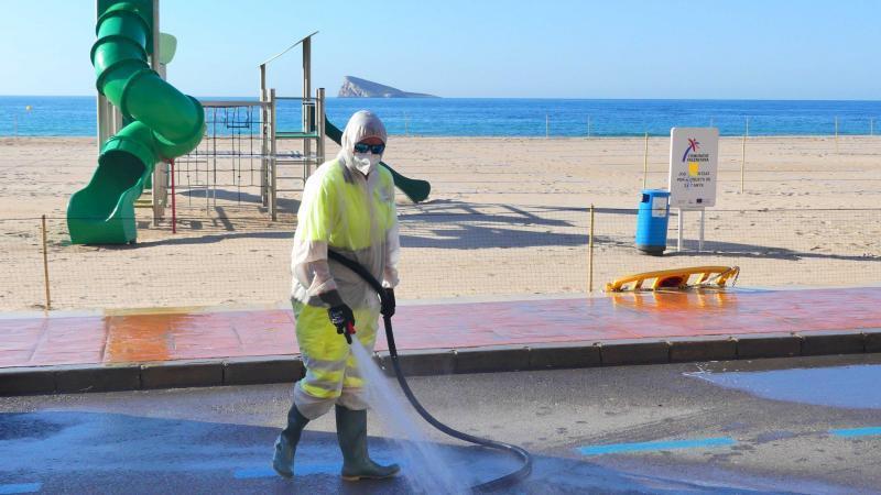 Benidorm refuerza el servicio de limpieza en verano con más personal y maquinaria
