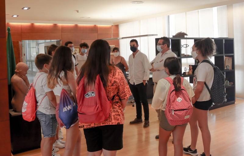 Los jóvenes de 'Verano 2020' visitan la casa de todos los benidormenses