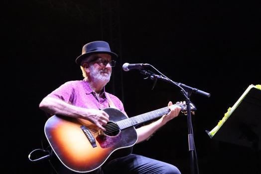 Pancho Varona canta y cuenta décadas de éxitos
