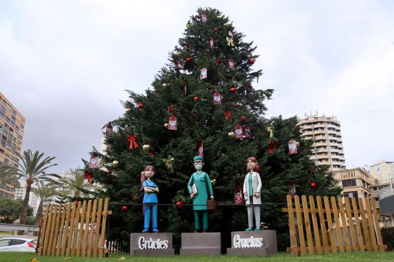 Benidorm dedica al personal sanitari l'arbre de Nadal de la plaça de l'Ajuntament...