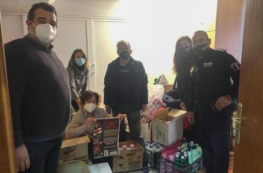 La Asociación Socio Cultural de la Policía Local entrega lotes de productos de higiene a Cáritas Benidorm