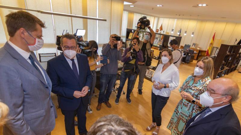 """Toni Pérez reivindica ante el embajador del Reino Unido los datos y el trabajo de Benidorm, """"posiblemente el destino más seguro del mundo"""""""
