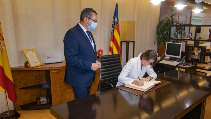 Reyes Maroto firma en el Libro de Oro del Ayuntamiento de Benidorm.