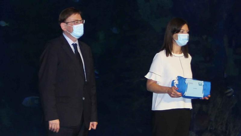 Mónica Gómez con las banderas azules de Benidorm junto al president de la Generalitat, Ximo Puig.