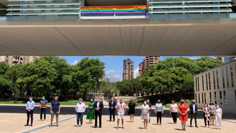Benidorm se suma el Día Internacional del Orgullo iluminando el Castell con los colores de la bandera arcoíris