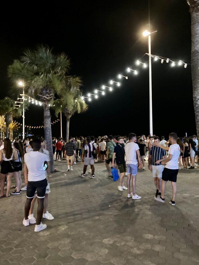 Ciudadanos alerta ante aglomeraciones de jóvenes bebiendo alcohol en el paseo de Levante con Benidorm en situación de Riesgo Alto