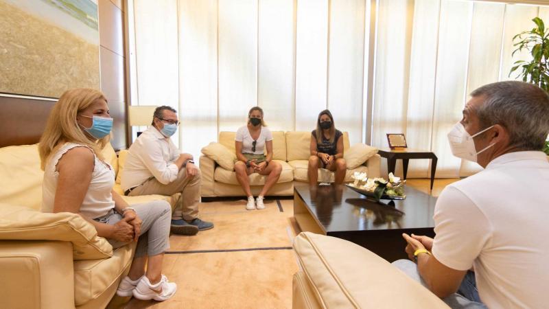 Toni Pérez recibe a la embajadora de la Costa Blanca Cup, Sandra Paños
