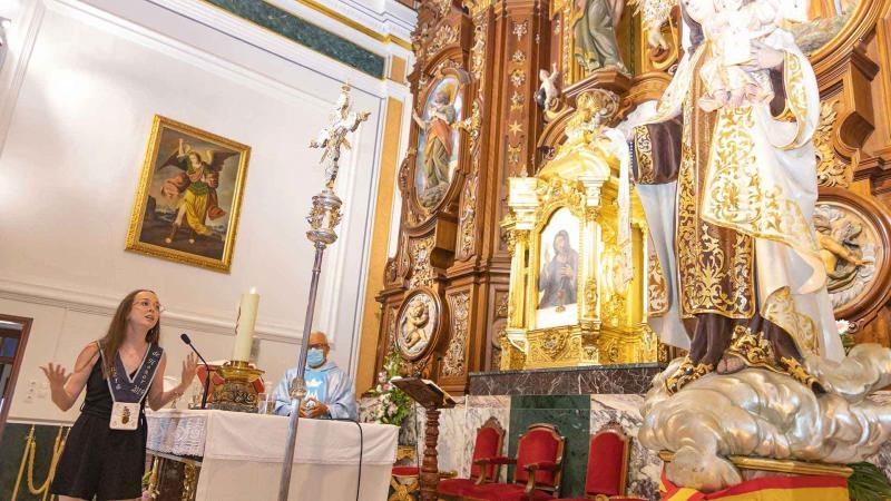 Laura Pascual Llambrich recita su poema a la Virgen del Carmen.