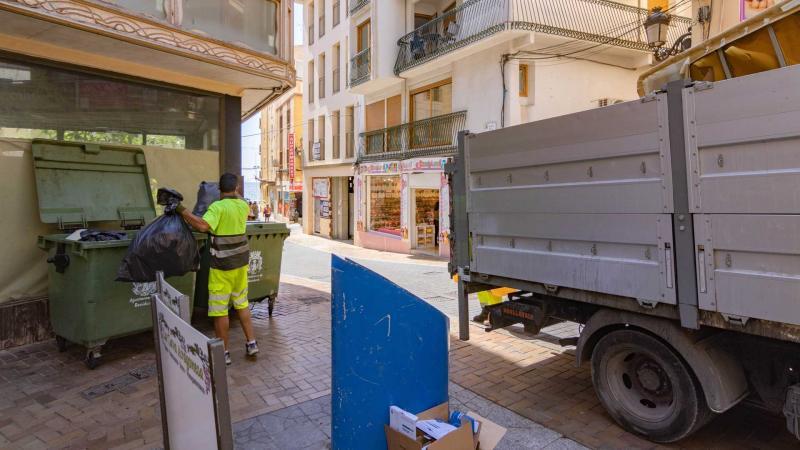 Un operario recoge uno de los contenedores.