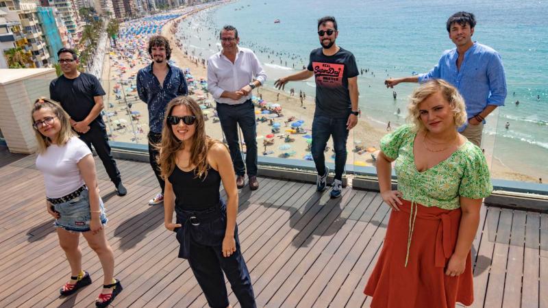 Toni Pérez junto al elenco de El Cover.