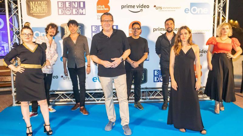 Toni Pérez y el elenco de actores de El Cover.