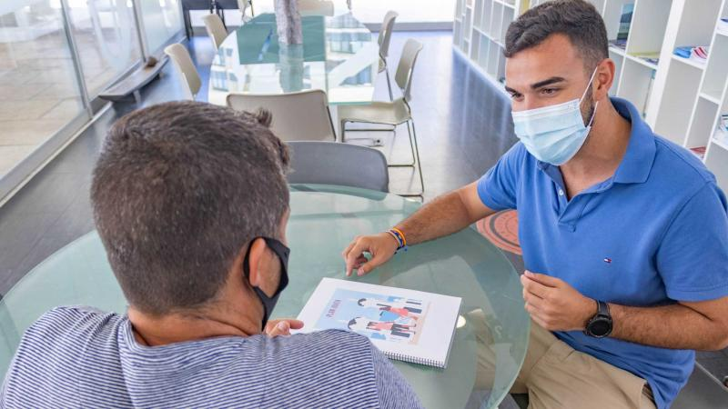 Jaime Jesús Pérez con un ejemplar del Plan Joven de Benidorm.