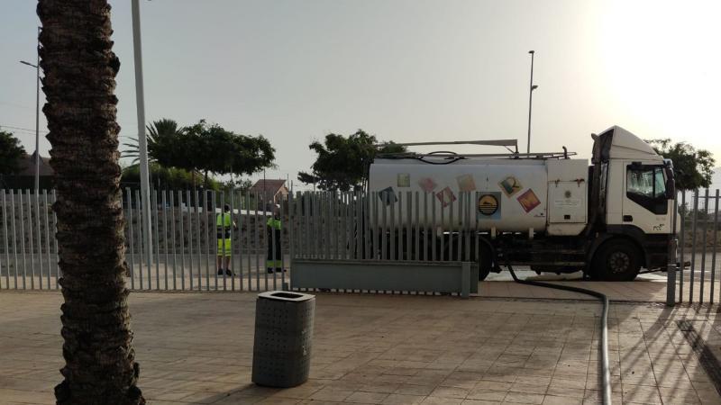 El Ayuntamiento reutiliza el agua de la piscina del Palau para el baldeo de calles