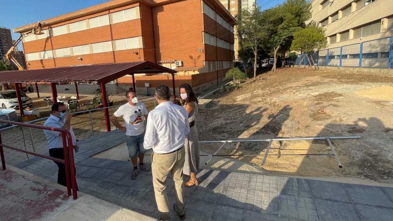 El Ayuntamiento renueva la cornisa del CEIP Puig Campana y mejora la accesibilidad en entradas y patios