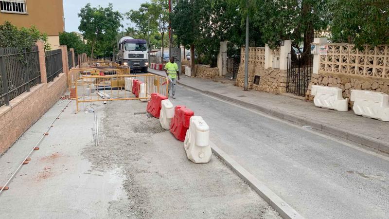 Benidorm amplía las aceras de la calle Denia, en La Cala, para hacerla más accesible