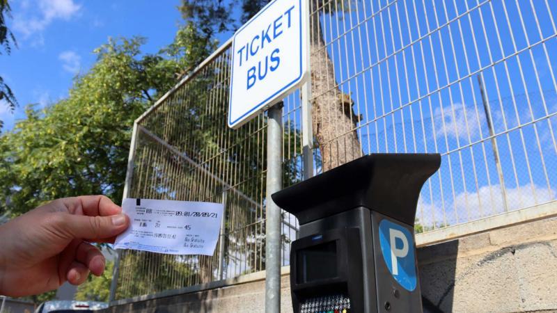 Parquímetro en parking disuasorio para conectar gratis con el transporte urbano