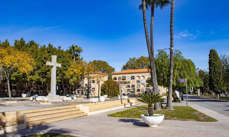16 Nous bancs de descans per als cementeris de Sant Jaume i Verge del Sofratge...