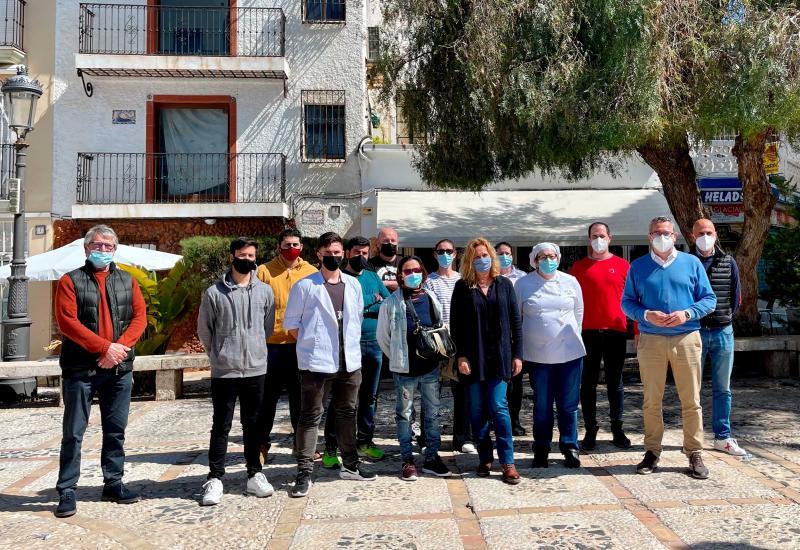 Toni Pérez saluda als alumnes del Màster d'Arrossos i Alta Cuina Mediterrània Aplicada en finalitzar les seues pràctiques a Benidorm...