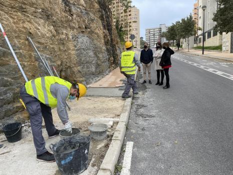 Personal del Taller de Empleo 'Benidorm IX' actúa en la mejora de accesibilidad de la parte alta del Rincón