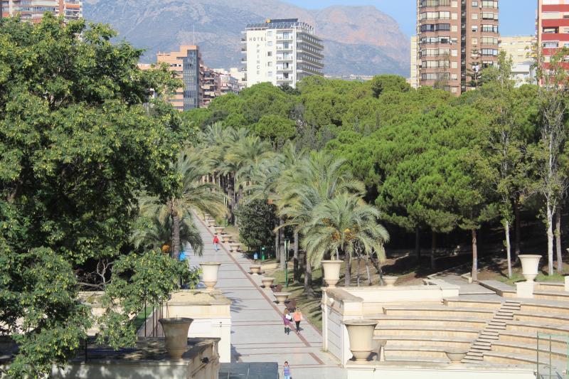 Benidorm abre parcialmente el Parque de l'Aigüera para pasear y hacer deporte