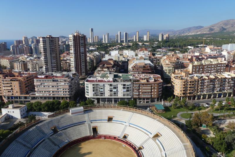 La plaça de bous i un edifici annex albergaran la biblioteca central, sales d'estudi, un centre jove i un multicultural per a associacions...
