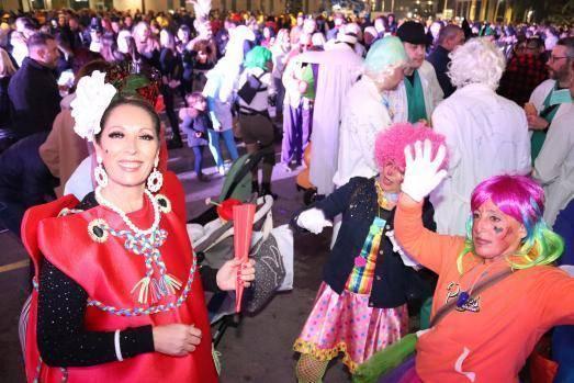 Las peñas desfilan al ritmo de Carnaval por las calles de Benidorm