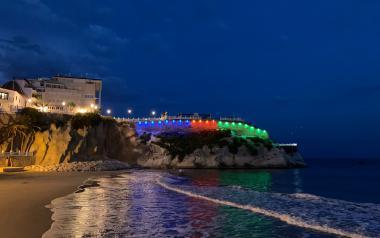 Benidorm iluminará esta noche el Castillo, de azul, rojo y verde, conmemorando el Día del Pueblo Gitano