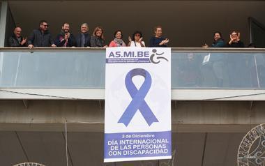 Un gran lazo en el balcón municipal anuncia en Benidorm el Día Internacional de las Personas con Discapacidad