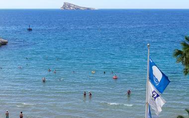 Las playas de Benidorm renuevan un año más sus tres banderas azules