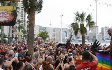 Miles de personas presencian el desfile del Pride por las calles de Benidorm a pesar de la lluvia