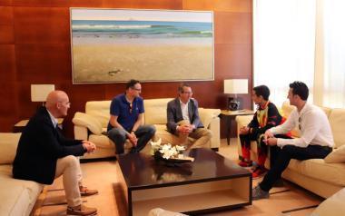 El alcalde felicita a Fernando Sanabria tras conseguir  la medalla de plata en el Campeonato del Mundo de Taekwon-do ITF