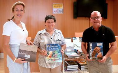 La Biblioteca Municipal dona el primer lote de libros a AFA y creará un punto de lectura en el 'Pepa Esperanza'