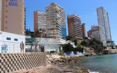 Benidorm habilita nuevos baños públicos en el Rincón de Loix para dar servicio a los usuarios de la playa