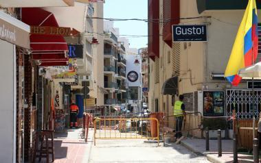 Benidorm renova el paviment en La Cala, Colònia Madrid i centre