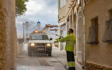 Un nou vehicle polvoritzador per a desinfectar els carrers estrets del barri antic