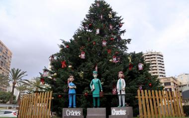 Benidorm dedica al personal sanitari l'arbre de Nadal de la plaça de l'Ajuntament