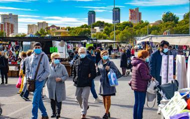 Más de 8.000 personas acuden al mercadillo municipal en el primer día de reapertura del textil y calzado