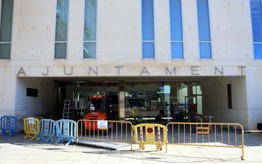 Benidorm mejora la accesibilidad del edificio del ayuntamiento con la instalación de puertas automáticas