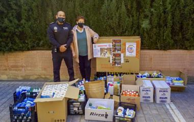 The Socio Cultural Association of the Local Police delivers batches of hygiene products to Cáritas Benidorm...