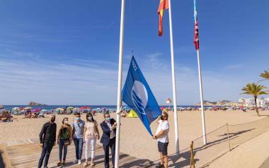 Toni Pérez durante el izado de la bandera azul de Levante.