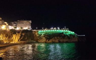 Benidorm se suma a donar #LuzporlaELA en el Dia Mundial de la malaltia il·luminant El Castell, el Tossal i l'Ajuntament