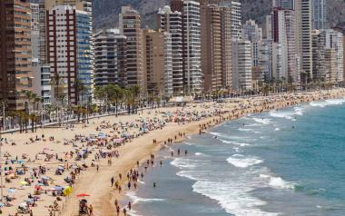 Benidorm contratará durante 3 meses a 58 menores de 30 años como informadores de playas