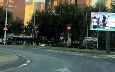 Ciudadanos insiste del peligro que generan las proyecciones de las nuevas pantallas led colocadas en rotondas de Benidorm