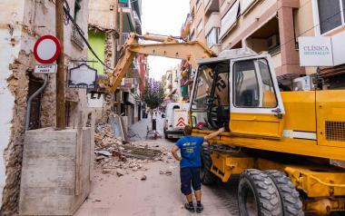 Se inicia el derribo de la finca que permitirá al Ayuntamiento ampliar el tramo final de la calle La Garita