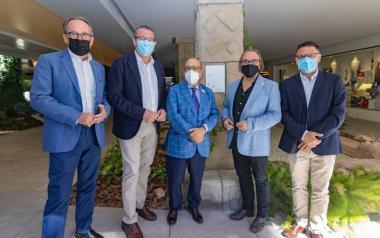 El alcalde acompaña al hotel Don Pancho en la recepción del premio Docomomo