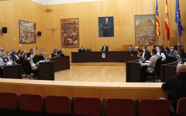 El pleno aprueba una rebaja del tipo impositivo del IBI, del impuesto de vehículos y mantener sin cobrar la tasa de mesas y sillas en 2022