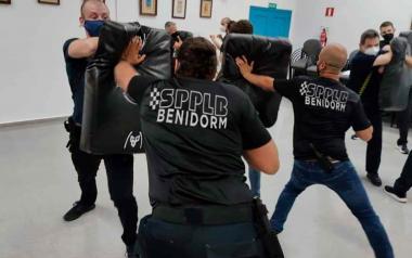 20 policías locales participan en un curso sobre la utilización preventiva del bastón extensible
